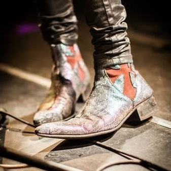 Luke from the Struts on stage in his Battered Flashing Snake Dragons, strike a pose theres nothing to it